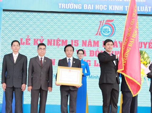 Trường ĐH Kinh tế - Luật đón nhận Huân chương Lao động hạng nhì