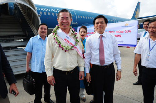 Hành khách thứ 6 triệu Phạm Văn Tài (bìa trái, hàng đầu) đáp xuống sân bay Đà Nẵng sáng 24-11 Ảnh: Phương Nhung