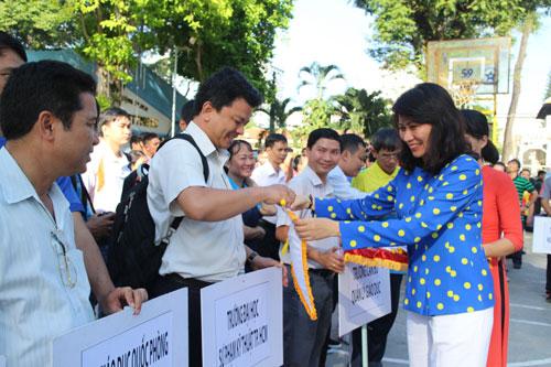 Bà Nguyễn Thị Thu, Chủ tịch LĐLĐ TP HCM, trao cờ lưu niệm cho các đơn vị dự hội thao