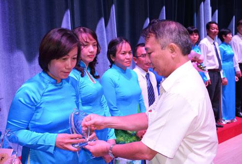 Ông Mai Đức Chính, Phó Chủ tịch Tổng LĐLĐ Việt Nam, trao biểu trưng cho cán bộ, nhân viên Quỹ CEP