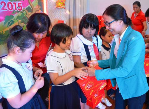 Bà Huỳnh Thị Ngọc Liên, Trưởng Ban Nữ công LĐLĐ TP HCM, tặng quà cho con CNVC-LĐ khó khăn ẢNH: NGUYỄN LUÂN