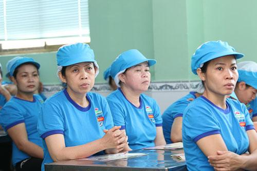 Các nữ công nhân Công ty CP Thực phẩm Thuận Phát nghe tuyên truyền về sức khỏe sinh sản