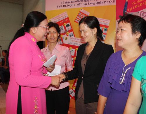Bà Nguyễn Thị Bích Thủy, Phó Chủ tịch LĐLĐ TP, trao quà cho nữ CNVC-LĐ có hoàn cảnh khó khăn