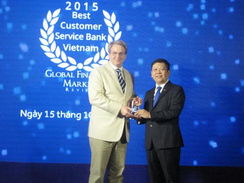 Ông Đỗ Minh Toàn (bên phải) - Tổng giám đốc ACB nhận giải thưởng từ đại diện Global Financial Market
