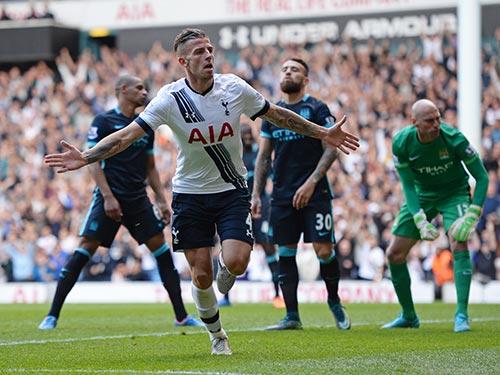 Alderweireld sau pha nâng tỉ số 2-1 cho Tottenham Ảnh: REUTERS