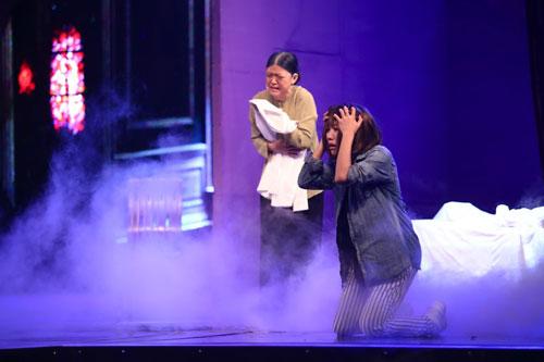 """Trang Pháp (phải) trình diễn trong """"Hoán đổi"""" tập 8. Ảnh: Ân Nguyễn"""