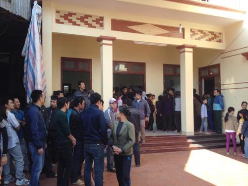 Người thân và hàng xóm đang chuẩn bị lo tang lễ tại gia đình ông Nguyễn Lương Chuân vào chiều ngày 7-12