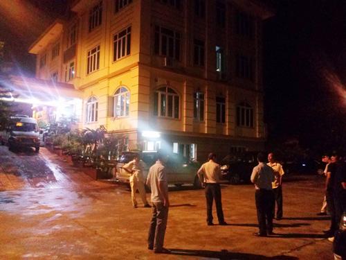 Lực lượng cảnh sát của Bộ Công an đang khám xét, bắt giữ bên trong trụ sở Công ty TNHH Đại An vào tối 13-8-2014