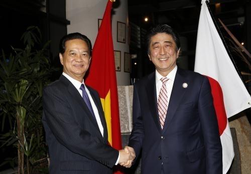 Thủ tướng Chính phủ Nguyễn Tấn Dũng gặp song phương Thủ tướng Nhật Bản Shinzo Abe bên lề Hội nghị Cấp cao ASEAN lần thứ 27 và các Hội nghị Cấp cao liên quan tại Kuala Lumpur, Malaysia - Ảnh: TTXVN