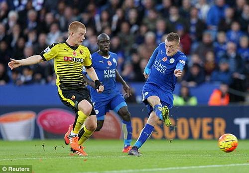 Jamie Vardy (phải) lọt vào tầm ngắm của Chelsea