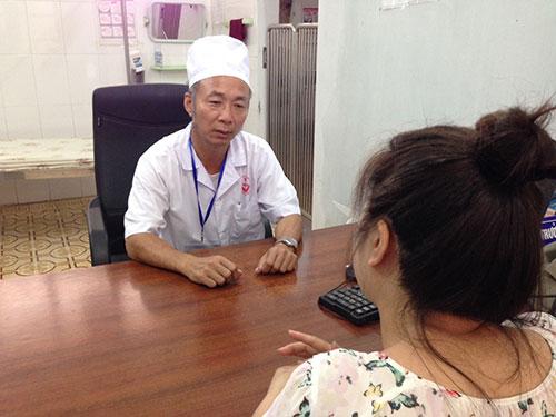Bác sĩ tư vấn cho phụ huynh có con bị trầm cảm tại một bệnh viện ở Hà Nội Ảnh: NGỌC DUNG
