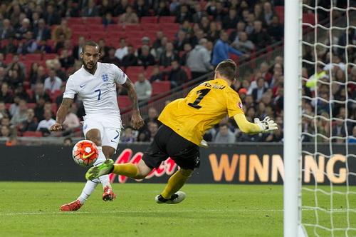 Theo Walcott mở tỉ số cho tuyển Anh
