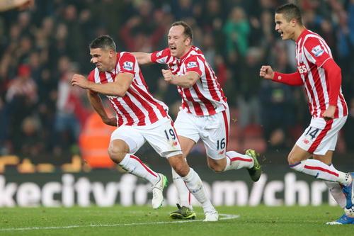 Jonathan Walters (19) ghi bàn mở tỉ số cho Stoke