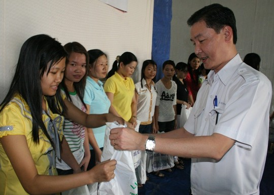 Ông Wang Chen Yi, Tổng giám đốc Công ty Ever Win, tặng quà cho công nhân khó khăn  ẢNH: VĨNH TÙNG