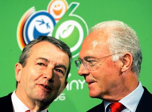 Chủ tịch DBF Wolfgang Niersbach (trái) và cựu danh thủ Franz Beckenbauer