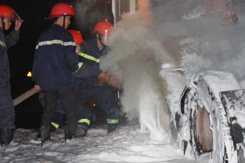 Lực lượng chữa cháy dùng thiết bị chuyên dụng nhanh chóng khống chế ngọn lửa