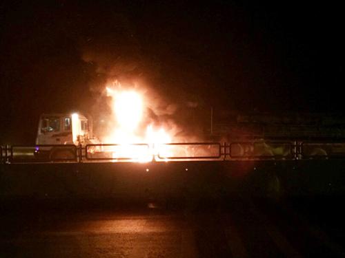 Xe đầu kéo bốc cháy ngùn ngụt trên quốc lộ 1A
