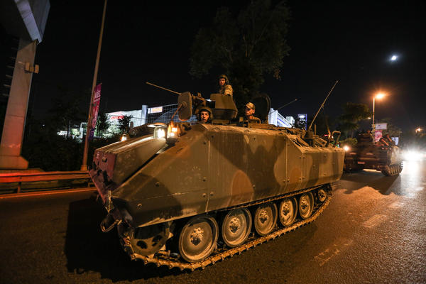 Xe tăng lăn trên đường phố tối 15-7. Ảnh: LA TIMES