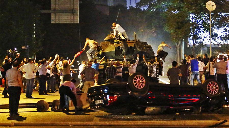 Xe tăng bị người dân chặn ở Ankara. Ảnh: AP, EPA