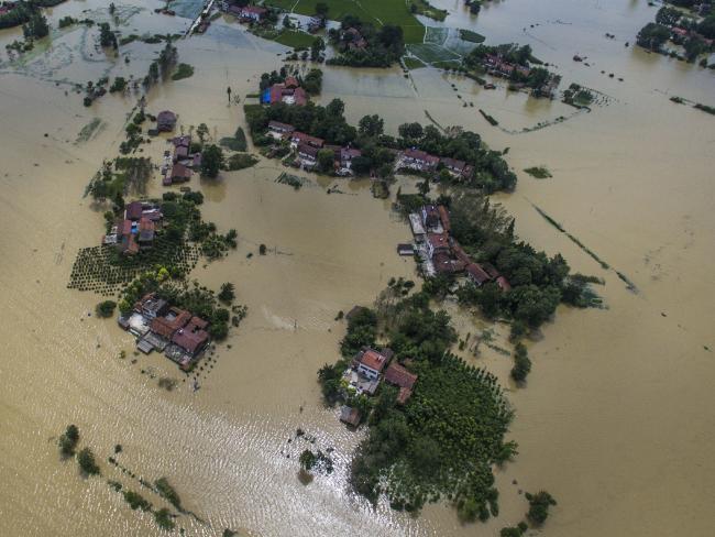 Một huyện của tỉnh Hồ Bắc chìm trong nước. Ảnh: AP