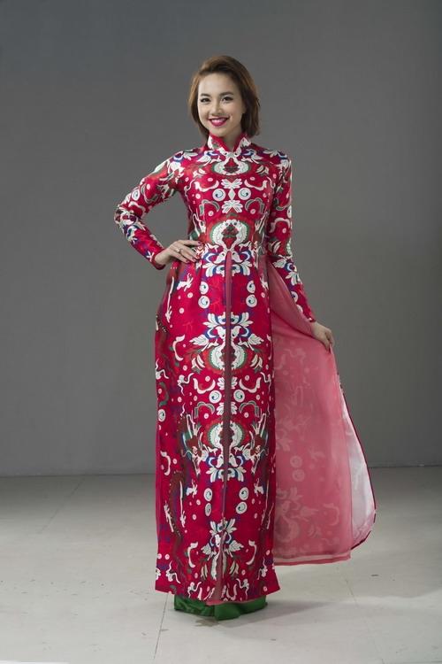 Đinh Ngọc Diệp nổi bật với áo dài màu đỏ có họa tiết cầu kỳ