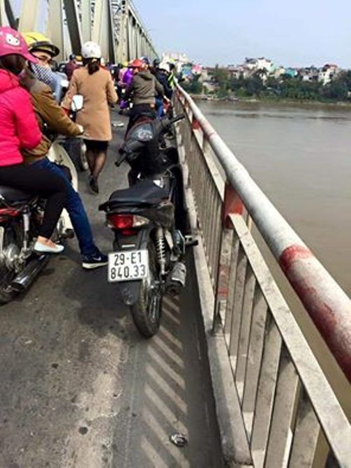 Chiếc xe của nạn nhân để lại trên cầu - Ảnh: Otofun