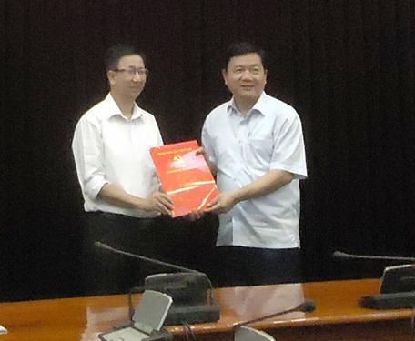 Ủy viên Bộ Chính trị, Bí thư Thành ủy TP HCM Đinh La Thăng trao quyết định điều động cho ông Phạm Đức Hải.