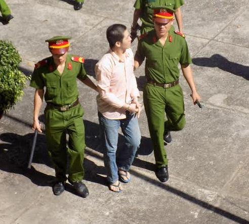 Bị cáo Đỗ Tấn Phú bị dẫn giải về trại giam sau phiên toà.