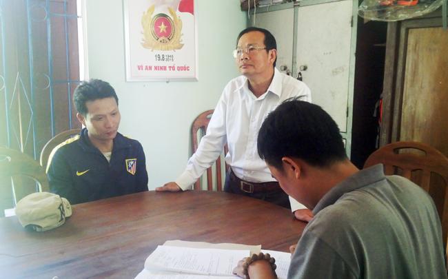 Đối tượng Nguyễn Thành Chung (ngoài cùng bên trái) tại cơ quan điều tra.