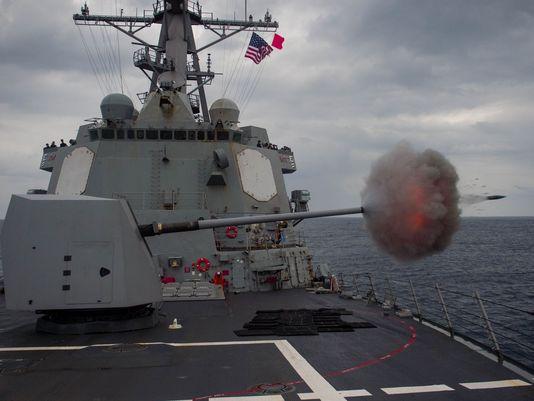 Tàu khu trục USS Mustin khai hỏa trong một cuộc tập trận hôm 15-1. Ảnh: Navy Times