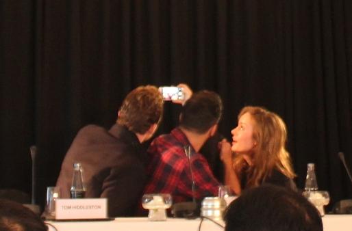 Nữ diễn viên chínhBrie Larson, nam diễn viên Tom Hiddleston cùng đạo diễn Jordan Vogt-Roberts chụp ảnh selfie ngay khi vừa ngồi vào ghế họp báo