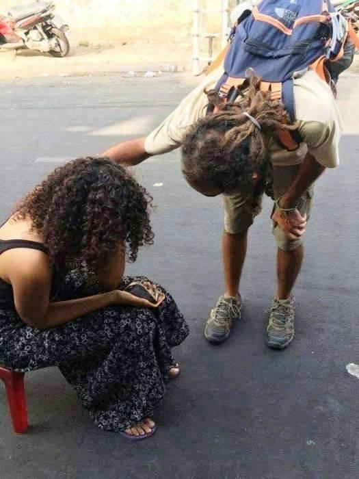 Hình ảnh nữ du khách Alaa Mohammad Abdu Ali Aldoh ngồi khóc khi bị cướp sạch tài sản ở trung tâm quận 1 gây bức xúc dư luận
