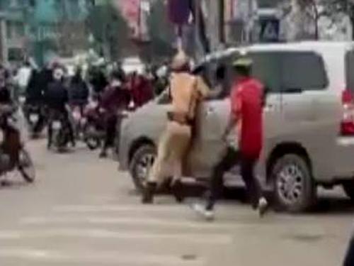 Tài xế điều khiển xe Toyota Innova bỏ chạy bị người dân và CSGT đuổi theo trên quãng đường khoảng 20 km, gây náo loạn nhiều tuyến phố ở Hà Nội - Ảnh cắt từ clip