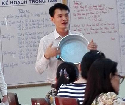 Xoong, nồi được giới thiệu ngay tại buổi họp hội đồng của một trường THCS trên địa bàn TP Quảng Ngãi. Ảnh: Giáo viên cung cấp