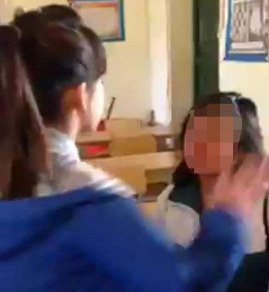 Nữ sinh bị bạn tát 50 lần chảy cả máu mũi - Ảnh cắt từ clip