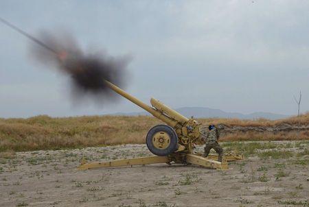 Quân đội Afghanistan bắn pháo vào vị trí cảu Taliban ở TP Kunduz ngày 29-4-2015. Ảnh: REUTERS