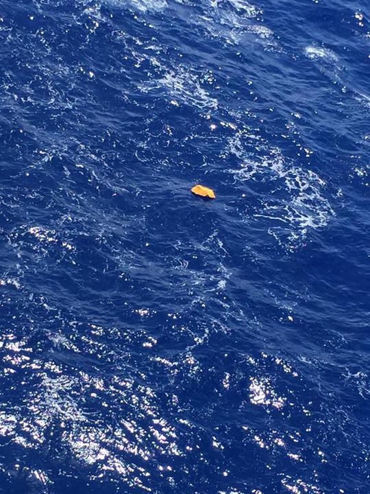 Vật thể được cho là thuộc về chiếc máy bay xấu số MS804 được một thuyền trưởng Ai Cập nhìn thấy. Ảnh: FACEBOOK