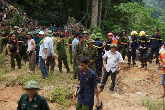 Khoảng 100 người tham gia cứu hộ tại hiện trường