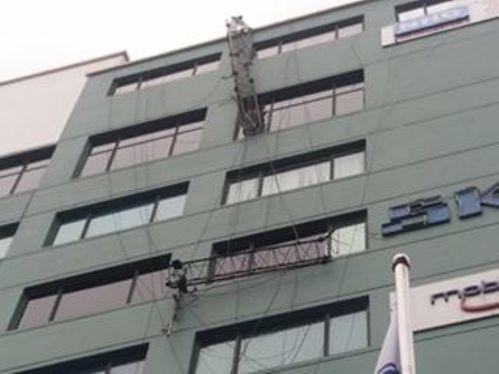 Chiếc cột thu phát sóng đổ gãy treo lơ lửng trên tòa nhà