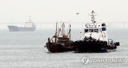 Hàn Quốc đang tăng cường trấn áp tàu cá Trung Quốc. Ảnh: YONHAP