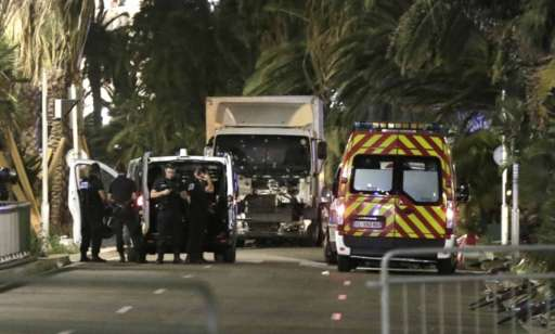 Chiếc xe tải màu trắng được cho là tham gia vụ tấn công bị cảnh sát vây quanh. Ảnh: EPA