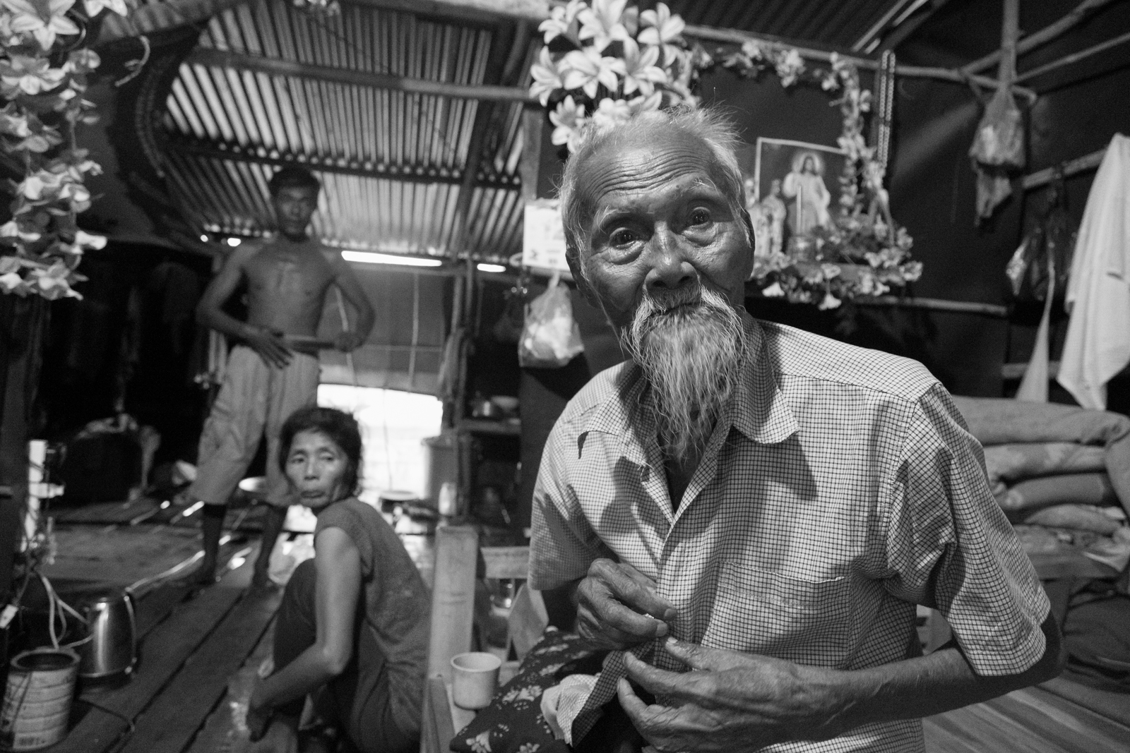 Cụ Diện 90 tuổi, vừa thấy phóng viên cụ liền mặc áo vào để trò chuyện. Cụ bảo mong ước của mình là được chính quyền cấp quốc tịch Việt Nam để tự tin sống những ngày cuối đời tại cố hương