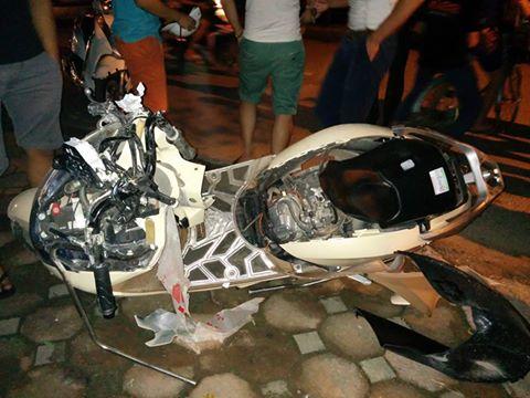 Chiếc xe máy của nạn nhân bị kẹp vào đầu xe Camry kéo lê hàng km - ảnh:CTV