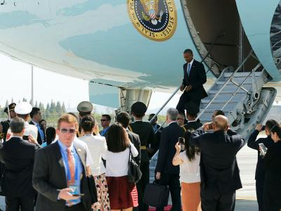 Ông Obama đáp máy bay xuống TP Hàng Châu hôm 3-9. Ảnh: REUTERS