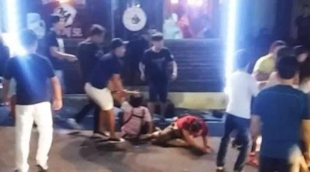 Nhóm du khách Trung Quốc gây náo loạn nhà hàng hôm 10-9. Ảnh: YOUTUBE