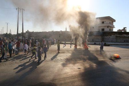 Đốt lốp xe phản đối chế độ Assad ở TP Aleppo hôm 14-9. Ảnh: REUTERS