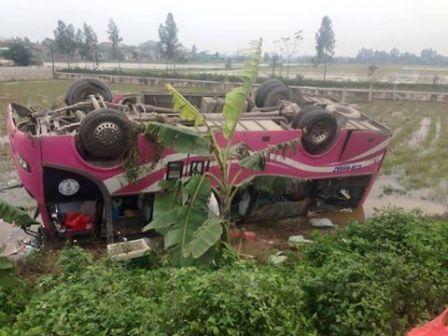 Chiếc xe khách nằm lật ngửa dưới ruộng