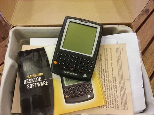 Chiếc BlackBerry 5810 còn nguyên hộp và phụ kiện của anh Tính.