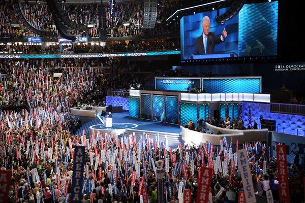 Ông Clinton khen vợ hết lời khi phát biểu trong đại hội đảng Dân chủ mới đây. Ảnh: The New York Times