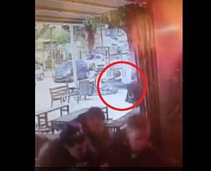 Nghi phạm chĩa súng về phía các nạn nhân. Ảnh: Daily Mail